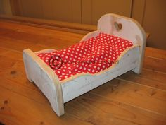 Poppenbed, gemaakt van oude kaasplanken. Baby Doll Bed, Doll Beds, Baby Dolls, Little Girl Toys, Toys For Girls, Kids Toys, Small Wooden Projects, Baby Doll Furniture, Doll House Plans