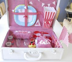 Old vintage suitcase turned into a picnic basket.hmm cute gift idea for a bridal shower? Craft Tutorials, Diy Projects, Craft Ideas, Do It Yourself Decorating, Wicker Picnic Basket, Vintage Suitcases, Picnic Time, Inspirational Gifts, Diy Gifts