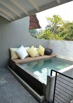 Belebende terrassengestaltung mit kleinem Tauchbecken und sitzbank zum Entspannen