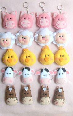 Lembrancinha Tema Fazendinha que pode ser em forma de chaveiro ou Ponteira de Lápis. embalados uma a uma e oferecemos a Tag como Corteria Farm Animal Birthday, Farm Birthday, Farm Crafts, Diy And Crafts, Felt Keychain, Amarillis, Sewing Stuffed Animals, Farm Party, Farm Theme