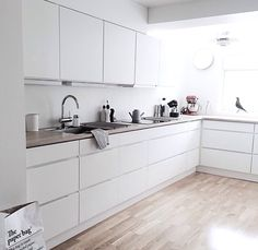 . Grey Kitchens, Home Kitchens, Decorating My First Apartment, Kitchen Dining, Kitchen Cabinets, Gray And White Kitchen, Enjoy Your Life, Home Interior Design, Sweet Home