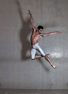 The Royal Ballet in London dancer Thiago Soares (Foto: Divulgação) Male Ballet Dancers, Ballet Poses, Ballet Art, Dance Poses, Royal Ballet, Dancer Photography, Human Poses, Figure Poses, Dance Movement