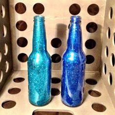 The Lazy Crafter: Quick Craft - Glitter Bottles Glitter Bottles, Painted Wine Bottles, Bottles And Jars, Mason Jars, Beer Bottles, Empty Bottles, Glass Bottles, Quick Crafts, Cute Crafts