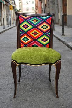 Pareja de sillas de mediados del siglo XX, de estilo del XIX con patas labradas y rematadas en oro. El tapizado de las sillas ha sid...