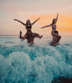 Playing chicken at sunset bff goals, best friend goals Photos Bff, Bff Pics, Cute Friend Pictures, Beach Photos, Sister Beach Pictures, Beach Aesthetic, Summer Aesthetic, Travel Aesthetic, Flower Aesthetic