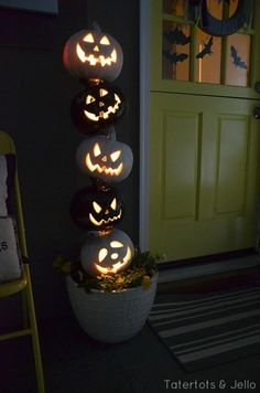 Turn your home into a haunted mansion with these DIY Halloween decorations. Not only are they cheap but these DIY Halloween decorations are easy to make. Halloween Veranda, Fete Halloween, Homemade Halloween, Holidays Halloween, Spooky Halloween, Halloween Pumpkins, Halloween Crafts, Halloween Season, Vintage Halloween