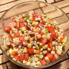 タコとひよこ豆のサラダ ひよこ豆、トマト、アボカド、タコ…女性に嬉しい食材がてんこもり!色合いも楽しく、食卓がぱっと明るくなりますね。