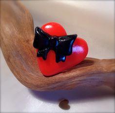 Bague coeur rouge (vif) avec petit noeud noir. (bijou en fimo) : Bague par aragande
