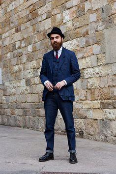 Acheter la tenue sur Lookastic: https://lookastic.fr/mode-homme/tenues/blazer-gilet-chemise-de-ville/2225 — Chemise de ville bleu clair — Blazer en denim bleu marine — Chapeau noir — Jean bleu marine — Cravate à rayures verticales rouge et bleu marine — Gilet en denim bleu marine — Bottes habillées en cuir noires