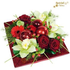 Noël en rouge et blanc Christmas Flower Arrangements, Christmas Flowers, Flower Centerpieces, Table Centerpieces, Floral Arrangements, Deco Floral, Floral Design, Art Floral Noel, Deco Table Noel