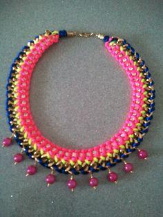 Collar con cadena de strass y colores flúor para esta primavera/verano.