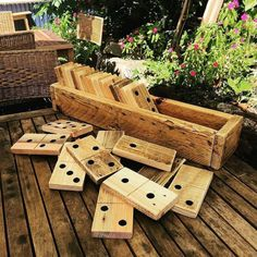 Great idea for the Summer garden, made from old wooden pallets. A great DIY project.