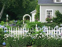 Front Yard Garden Design 5 Tips for Designing a Cottage Garden Backyard Fences, Beautiful Gardens, English Garden Design, Garden Set, Garden Pictures, Country Gardening, Garden Planning, Cottage Garden, Fence Design