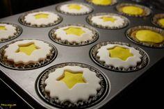 ...nun auf die Cupcakes weißen Fondant, aus dem ein Stern heraus gestochen ist, legen...