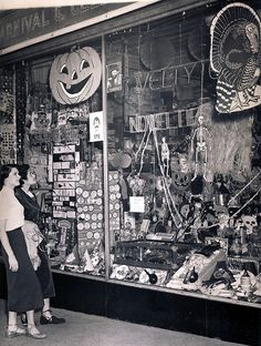 this is a cool vintage photo of a store front for halloween Retro Halloween, Photo Halloween, Halloween Fotos, Vintage Halloween Photos, What Is Halloween, Vintage Halloween Decorations, Halloween Pictures, Vintage Holiday, Holidays Halloween
