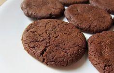 Νηστίσιμα , αφράτα μπισκότα ελαιολάδου με κακάο και ρούμι, από το neadiatrofis.gr! Macarons, Cookies, Sweets, Chocolate, Desserts, Food, Crack Crackers, Tailgate Desserts, Deserts