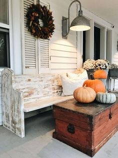 This Rustic decor is perfect for my Fall Porch Decorating Ideas. Country Porches, Farmhouse Front Porches, Country Farmhouse Decor, Country Porch Decor, Fall Porches, Country Chic, Rustic Decor, Porch Lighting, Barn Lighting