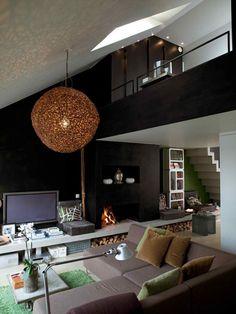 Knusse woonkamer met zwarte accentmuur - zolder appartement
