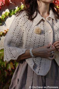 Cozy cape found at a summer flea market Cape En Crochet, Crochet Cardigan Pattern, Crochet Shawl, Free Crochet, Knit Crochet, Crochet Scarves, Crochet Clothes, Laine Drops, Knitting Patterns