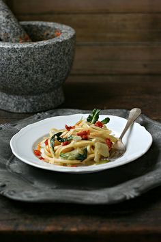 Linguine con gambi e foglie di broccolo, pesto di pomodori secchi e mandorle