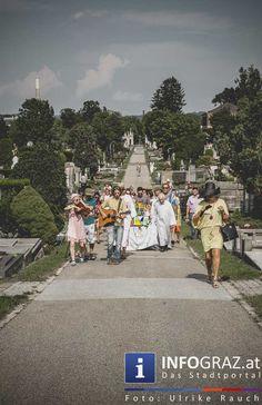 """CEDES – Heritage – das Erbe meiner Kunst - #Zentralfriedhof Graz - 17. Juli 2015  Im steirischen herbst findet heuer im freien Atelierhaus """"Schaumbad"""" das Projekt """"#Heritage"""" (Erbe) statt. Vorab schon lud der Grazer Künstler Gilbert Kleissner alias #CEDES zu einer äTrauerfeier der etwas anderen Art. #AtelierhausSchaumbad #GilbertKleissner #steirischerherbst"""
