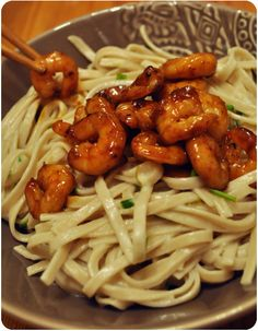 Crevettes laquées, nouilles udon au lait de coco Asian Recipes, Healthy Recipes, Ethnic Recipes, Pasta Recipies, Snacks Dishes, Salty Foods, Cheat Meal, Exotic Food, Gluten Free Cooking