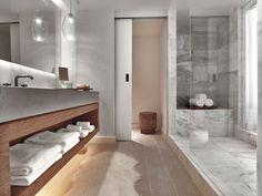 piel de animal en el suelo del en el baño moderno al estilo minimalista