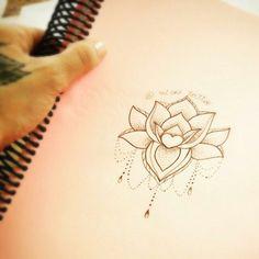 """Bom dia!  Desenho feito pela <a href=""""http://instagram.com/nickitattoo"""">@nickitattoo</a> ❤️ A flor de lótus traz, em todas as religiões orientais, o significado de pureza espiritual. Também simboliza a perfeição, a , a , nascimento e renascimento, ,  e  No instagram da <a href=""""http://instagram.com/nickitattoo"""">@nickitattoo</a> tem outros desenhos como este, confere lá =)                           Quer ir no estúdio da Nicki? Rua Fernando Machado, 64 subsolo. Estúdio Nicki Tattoo…"""
