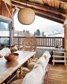 Terrazza con sedute in vimini, rifinite da un caldo rivestimento per le giornate invernali