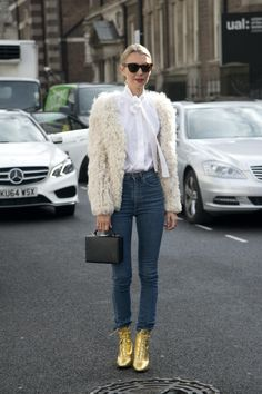 Best Outfit Ideas For Fall And Winter 50 Street Style-Approved Ways to Wear Blue Jeans Best Outfit Ideas For Fall And Winter Description 50 Jeans Outfits to Copy This Fall - Shaggy fur coat high-waist denim and amazing lace-up gold ankle boots Street Style Trends, Looks Street Style, Looks Style, Street Styles, Gold Ankle Boots, Metallic Boots, Saint Laurent Shirt, Mode Outfits, Jean Outfits