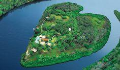 Това място има красиво име - остров Мейкпийс. Парче земя, оформено като човешко сърце. Негов собственик е Сър Ричард Брансън, който също отсяда тук.