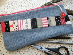 coordinated fabric scraps for a pop of color and interest on a denim bag. Bag Quilt, Denim Purse, Denim Ideas, Denim Crafts, Fabric Bags, Fabric Scraps, Patchwork Fabric, Creation Couture, Pencil Bags