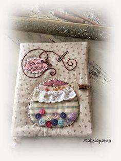 Hola! Hoy vengo a enseñarles unas cositas que he hecho para regalar a Sara.   Es una compañera de trabajo, nueva este año, y hemos he... Notebook Covers, Journal Covers, Sewing Pockets, Fabric Book Covers, Fabric Journals, Needle Book, Sewing Kit, Book Projects, Sewing Rooms