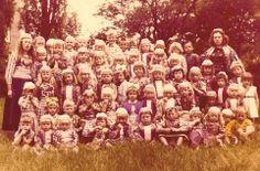 Marken klassefoto 1960 vrij veel kinderen nog in klederdracht. Vanaf zo ongeveer 1984 zie je ineens niemand meer in klederdracht...