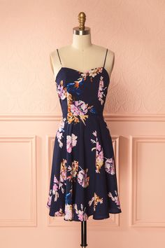 Afiwa Navy #boutique1861 / A little floral dress is a summer essential! Its A line cut with its flowy skirt and slightly satiny fabric make it an elegant option for everyday wear. The gathered back guarantees a comfortable fit. For a successful summer outfit, wear little laced sandals and flowers in your hair.