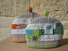 adorable, useful and free DIY sewing projects for your kitchen. All include a free sewing pattern and nearly all are beginner-friendly tutorials. They make super handy DIY gifts for friends, for housewarming parties, and for your own kitchen decoration. Diy Sewing Projects, Sewing Projects For Beginners, Sewing Crafts, Sewing Ideas, Sewing Patterns Free, Free Sewing, Free Pattern, Pattern Sewing, Knitting Patterns