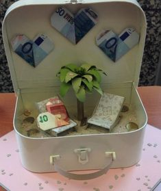 40 Creative Money Gifts for the Grad! Diy Father's Day Gifts, Father's Day Diy, Craft Wedding, Wedding Gifts, Wedding Ideas, Money Bouquet, Creative Money Gifts, Gift Money, Diy Presents