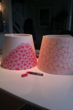 DIY Inspiration: Lampenschirme mit einem Marker gestalten // decorating lampshades with a pen. A very cool way to jazz up a boring lamp shade the inexpensive way. I like how te patterns have been kept simple too ;