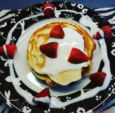 PANCAKE LOVE FOR BREAKFAST. ... Nun starten wir in den Tag...die Sonne scheint und ich erwarte heute abend tolle Menschen bei mir zu hause   #pancakes #pancakelove #strawberry #deinprojekt  #lowcarb #fit #eatright #body #sexybutt #sexylegs #gym #fitnessfood #fitnesstips #female #bodyattack by frau_schmidt82