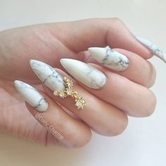 Another simpler look using these gorgeous marble nail wraps by @appliq, paired with our new Diamond Necklace charm. ✨ Shop for your nail accessories at DailyCharme.com!
