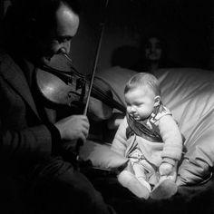 """20. yüzyılın en ünlü Caz gitaristlerinden, Çingene asıllı Fransız Jean """"Django"""" Reinhardt'ı doğum gününde hatırlıyoruz.   Nous célébrons l'anniversaire de Jean """"Django"""" Reinhardt,  l'un des plus importants guitaristes de jazz du 20ième siècle."""