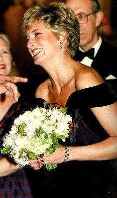 "November Princess Diana at the ""Carnival for the Birds"" at the Royal Opera House, London. Princess Diana Fashion, Princess Diana Family, Princess Diana Pictures, Royal Princess, Princess Of Wales, Lady Diana Spencer, Prinz William, Charles And Diana, Prince Charles"