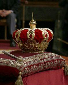 La corona y el cetro pertenecientes a las Colecciones Reales de Patrimonio Nacional, que desde el reinado de Isabel II se utiliza en las ceremonias de proclamación de los Reyes de España y son los símbolos de la más alta representación de la monarquía española que se ven durante el primer discurso del rey Felipe VI  de España en su proclamación como Rey de España al Parlamento español, 19/06/2014 en Madrid, España.