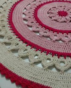 Tapete de crochê redondo Thread Crochet, Crochet Doilies, Crochet Flowers, Knit Rug, Knit Pillow, Crochet Home, Easy Crochet, Crochet Diagram, Crochet Patterns