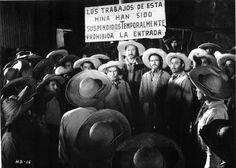 """Los hermanos Bernal (Antonio Aguilar, Ángel Infante, José Eduardo Pérez, José Ángel Espinosa """"Ferrusquilla"""") junto a su padre, don Jesús Bernal (Arturo Soto Rangel) en ¡AQUÍ ESTÁ HERACLIO BERNAL! (Director: Roberto Gavaldón, 1957)."""