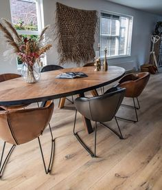 Dinner Room, Dining Table Chairs, Living Spaces, Living Room, Cozy House, Chair Design, Warm And Cozy, Interior Inspiration, Cottage