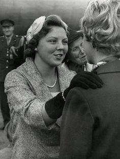 Nederlands Koningshuis. Bij haar terugkomst uit de Verenigde Staten van Amerika wordt prinses Beatrix hartelijk begroet door een van haar vriendinnen. Nederland [Schiphol] 1959.