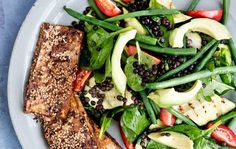 Lun salat med sorte belugalinser, avocado og sojabagt tofu