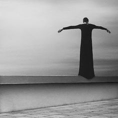 Noell Oszvald, a artist in Budapest, creates stunning minimalist self-portraits that she uses to express her anxieties. It was my experience with anxiety that led to to make art the way I do today. Self Portrait Photography, Conceptual Photography, Creative Photography, Fine Art Photography, Photography Ideas, Black And White Portraits, Black And White Photography, Photo D Art, White Art