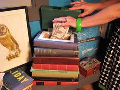 Ocultar las cosas de una pila de libros vintage, ahuecados.